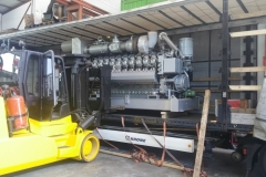 Beladung mit dem Gabelstapler eines MTU 20V4000L63 Gas-Blockheizkraftwerks
